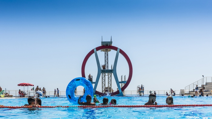 Not only sea, but a lot of swimmingpool were born in the years along italian beaches. Here we are in Ostia Lido (Rome), and this magnificent trampoline manteins the memory of the fascist architecture